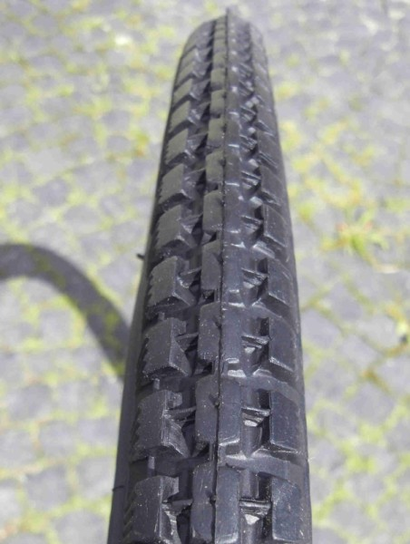 Beaded Edge Tire / Tire 28 x 1 1/2 Classic Cycle, black, block pattern